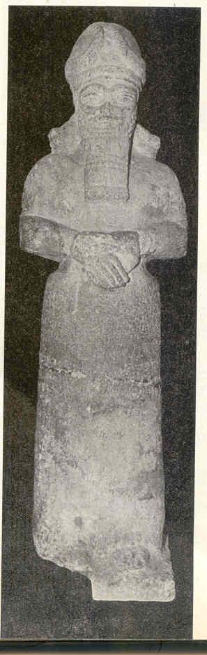 """Az Ótestamentumban használt """"Elohim"""" szó gyakran utalt a pogány népek isteneire. Akárcsak Izraelben, más országokban is úgy tekintettek az istenekre, mint áldást és védelmet nyújtó """"patrónusokra"""". Az asszíriai Nimrudnál a Nabu Templom kapujának külső felén két oltalmazó elohim foglalt helyet. A szobor feliratából kiderül a patrónus fő feladata: Adadnirari (Kr. e. 810–783) és édesanyja, Sumnuramat védelmezése."""